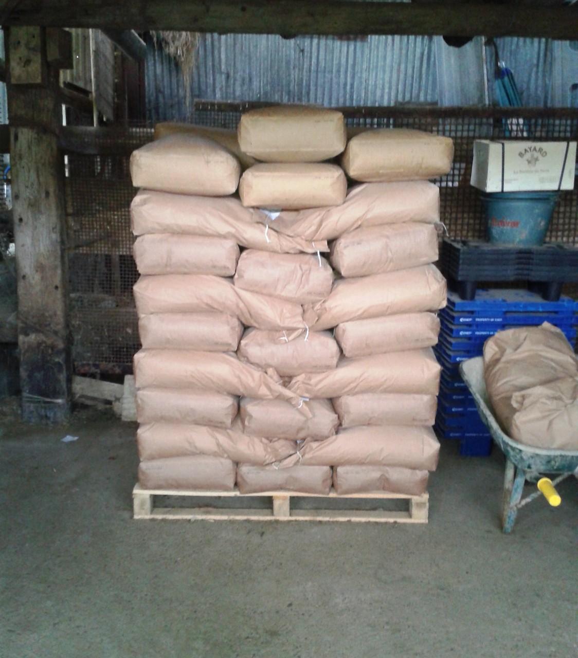 La réserve d'aliments. Céréales issues de l'agriculture biologique régionale, qualité et traçabilité. Environ trois tonnes sont distribués sur la saison.