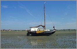 Ein Plattbodenschiff bei Niedrigwasser