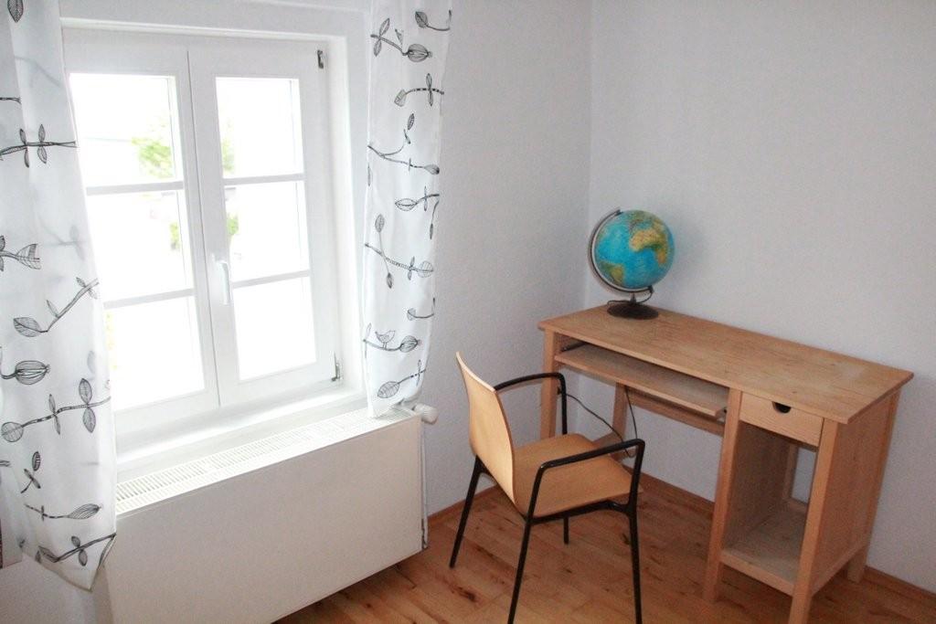 Der kleine Schreibtisch im Einzelzimmer.