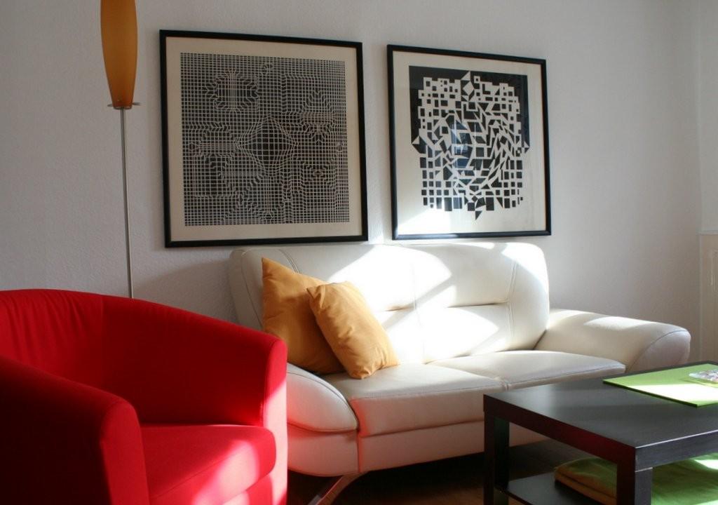 Im Wohnzimmer - eine Couch, zwei Sessel