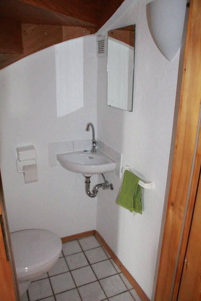 Das Gäste-WC unter der Eichentreppe
