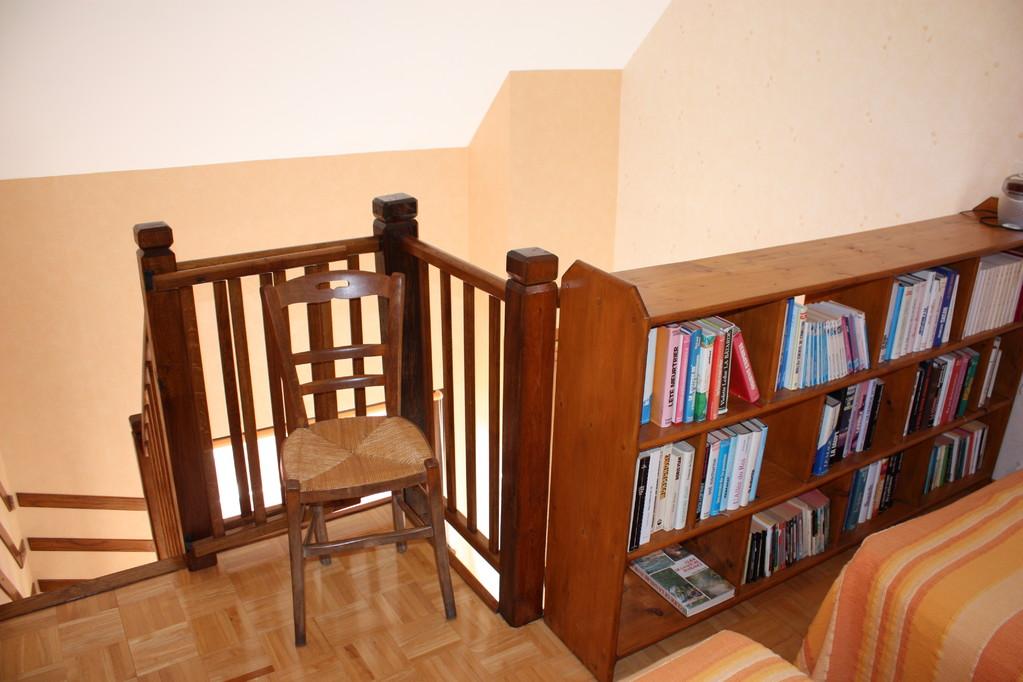 Escalier et bibliothèque chambre 2