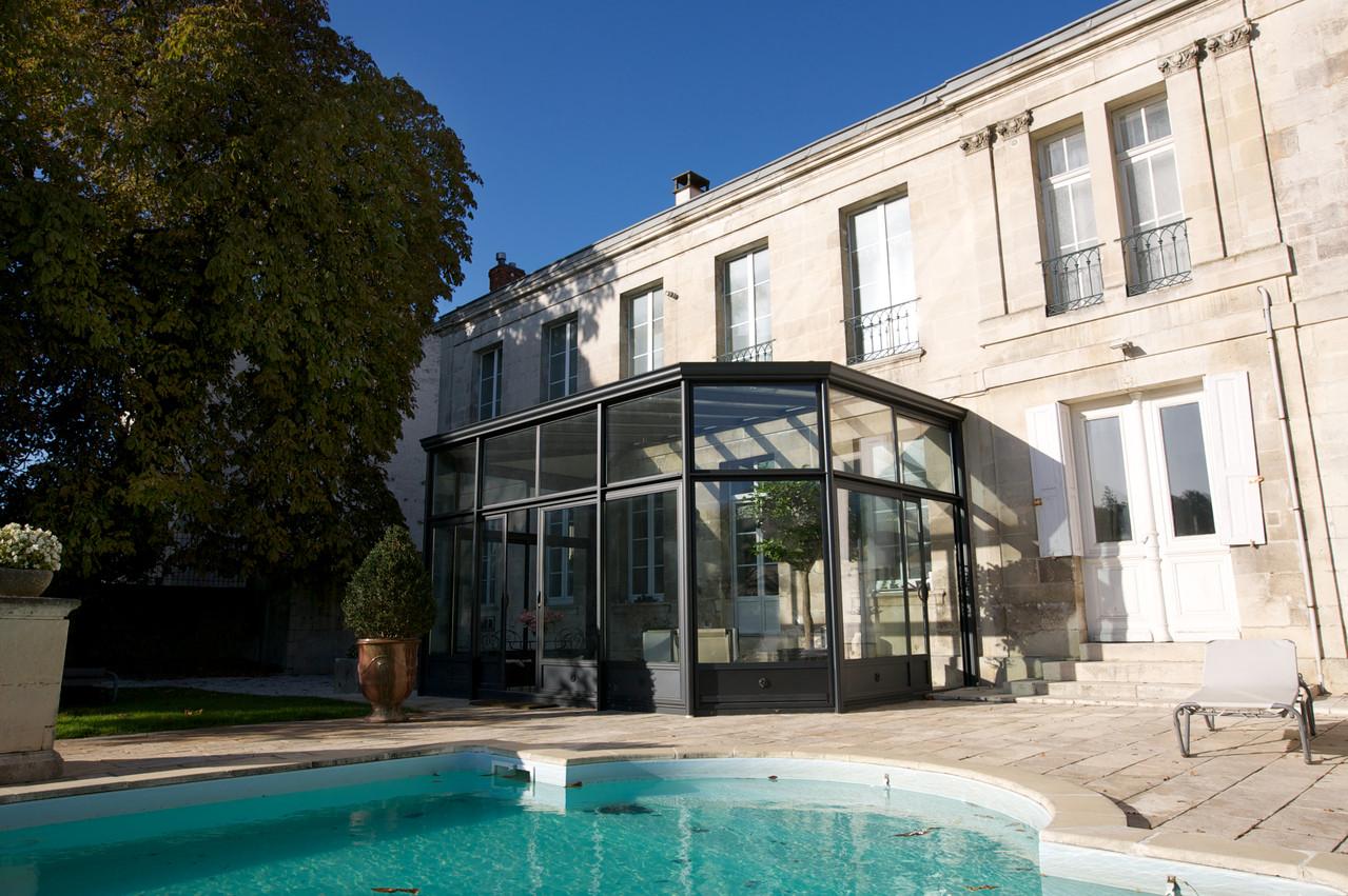 Véranda vitrée : le matin petit déjeuner vue sur piscine