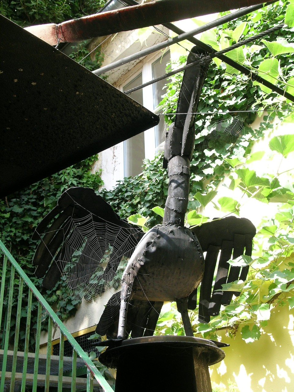Der Pelikan bewacht die Arbeiten