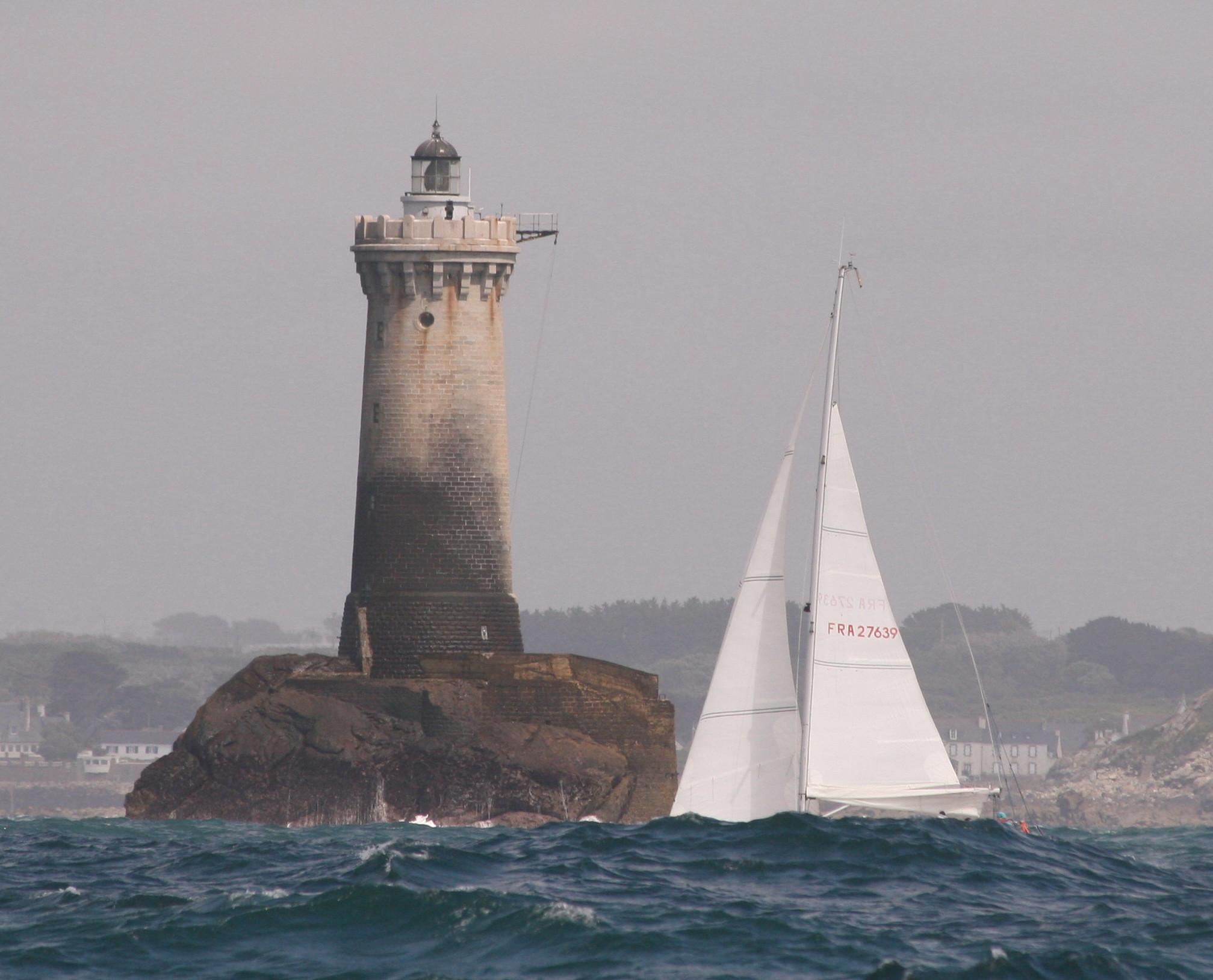 Keine Sorge... die Yacht sinkt nicht! Aber die hohe Dünung vor Küste der West-Bretagne ist schon beeindruckend
