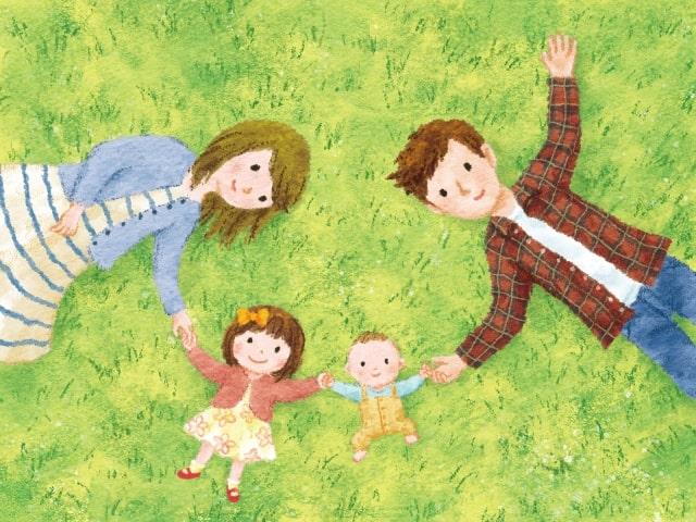芝生で寝ている家族