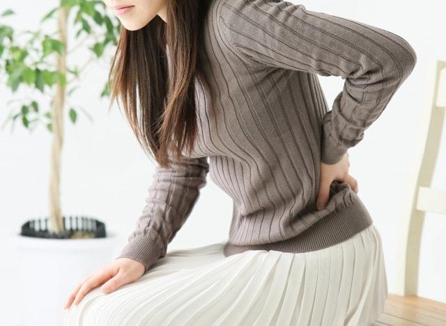座っているだけで腰痛に?原因と正しい椅子の座り方・対処法を解説