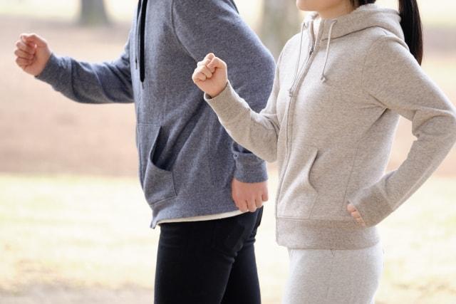 ジョギングしている夫婦