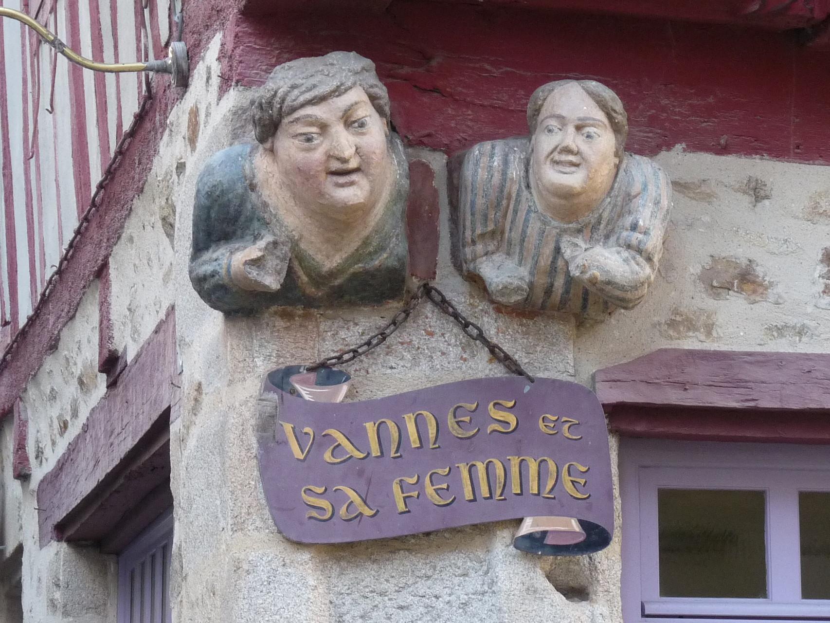 M. MMe VANNES. Sculpture sur façade.
