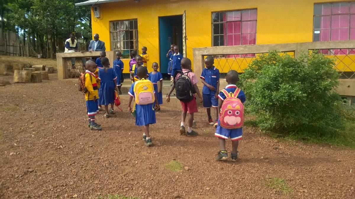 Unsere Boarding-Kinder haben Schule aus und erreichen ihre Wohnstätte.