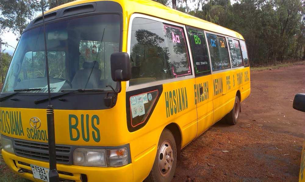Der Hosiana-Bus erstrahlt in frischem Gelb, die obligatorische Schulbusfarbe in Tansania.