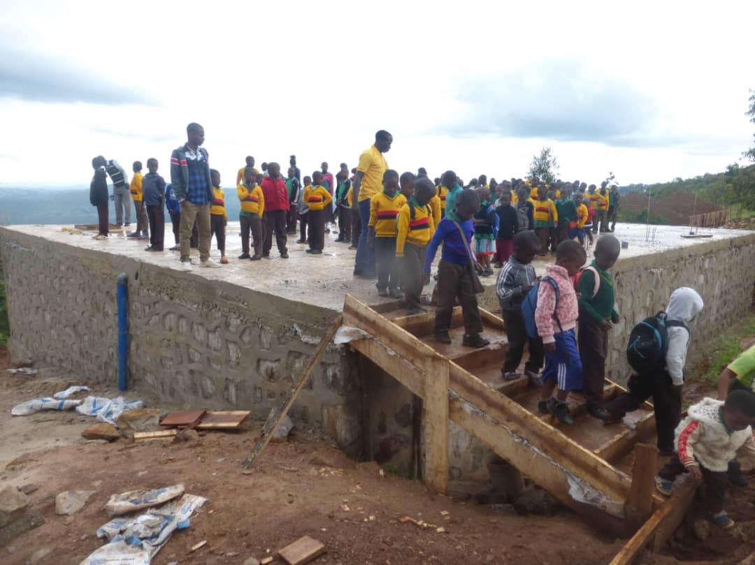 Der neue Regenwassertank - ein Überlebens-Instrument für die Schule, gespendet durch die SAP RestCent Initiative, ist fast fertig und darf schon bewundert werden. Er fasst 300.000 Liter.