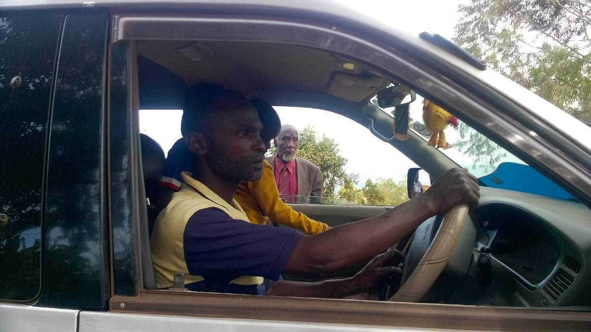 Machungwa, der Fahrer, liebt Kinder.