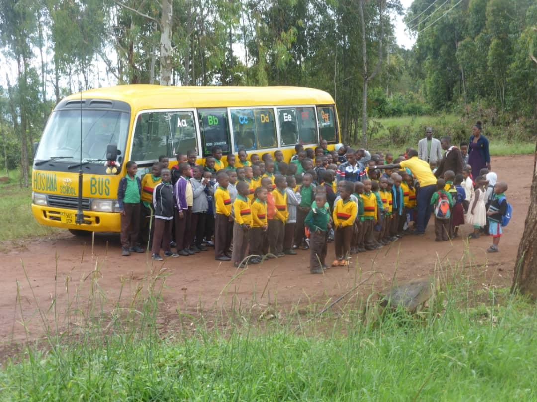 Der neue Schulbus ist bereit - wollen die etwa alle mit?