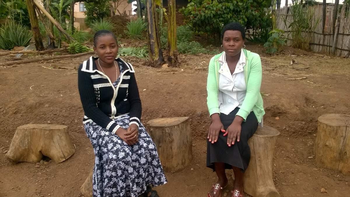 Zwei Voluntärinnen, Dorice und Prisca, machen bei Hosiana ihr Praktikum im Rahmen ihrer Ausbildung.