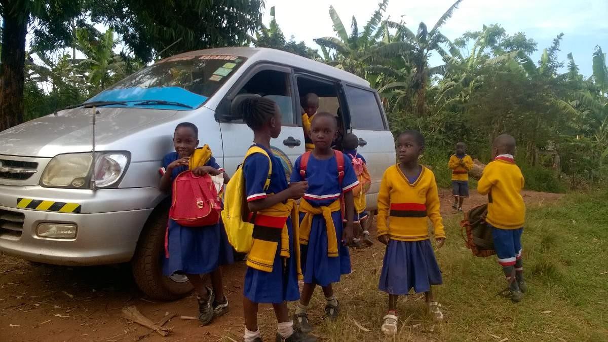 Einige Tageskinder dürfen mit dem Schulbus nach Hause, denn ihr Weg ist sehr weit.