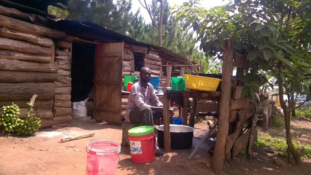 Der Koch von Hosiana vor seiner Küche: Er bereitet leckere Mais- und Reisgerichte mit Gemüse aus dem Schulgarten - eine Besonderheit für Tansania, wo Schulen täglich immer nur Maisbrei mit Bohnen anbieten!