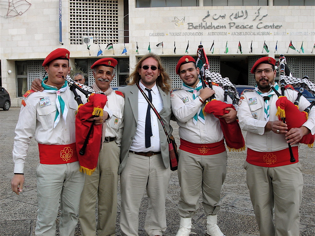 il segretario del SISA con le cornamuse palestinesi
