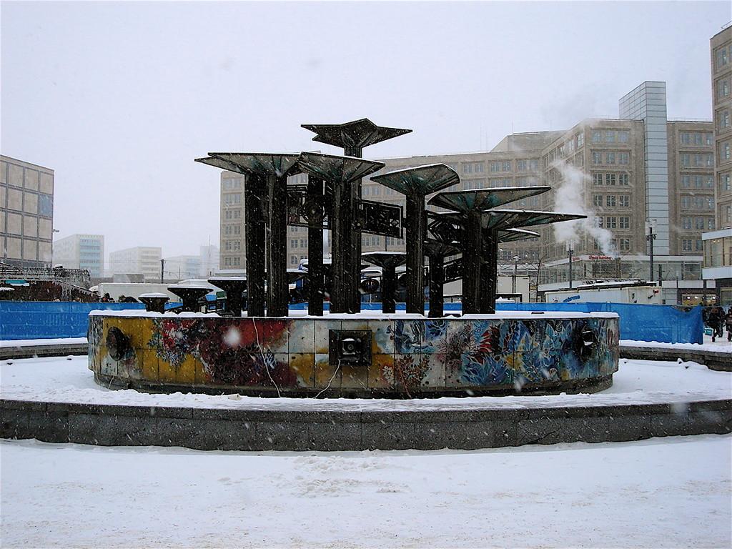 la fontana dell'amicizai tra i popoli realizzata per il X° festival mondiale della gioventù del 1973 in Alexanderplatz