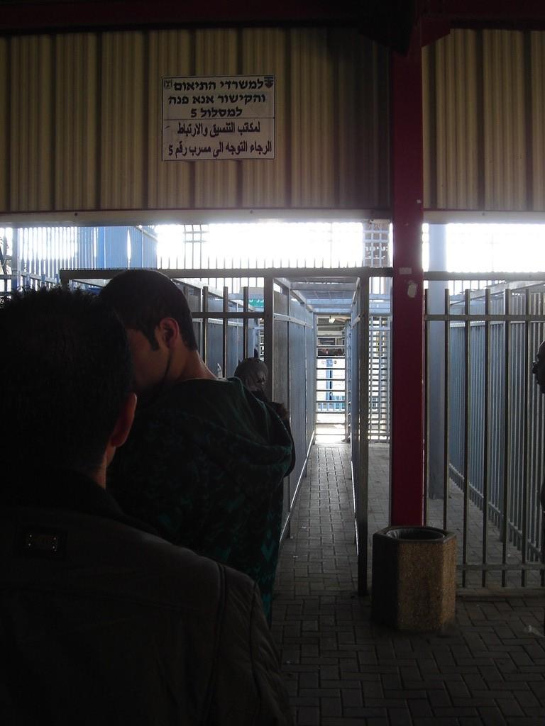 il controllo militare dentro il muro di separazione costruito dagli israeliani