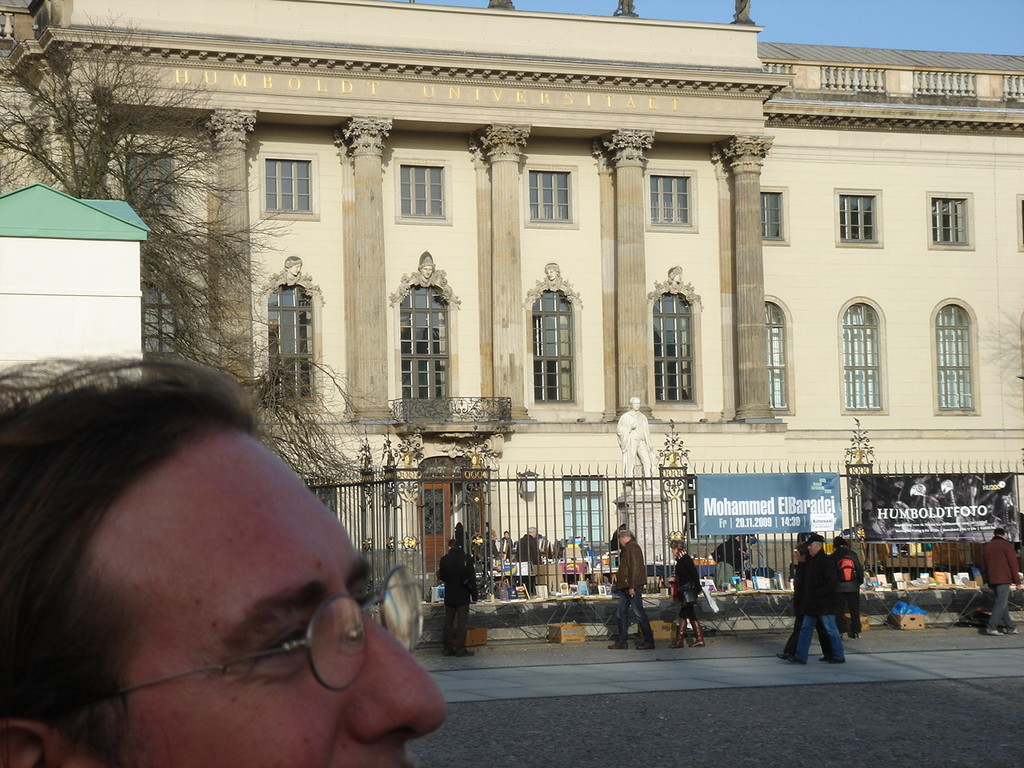 il segretario generale del SISA fuori dall'università  Humboldt di Berlino