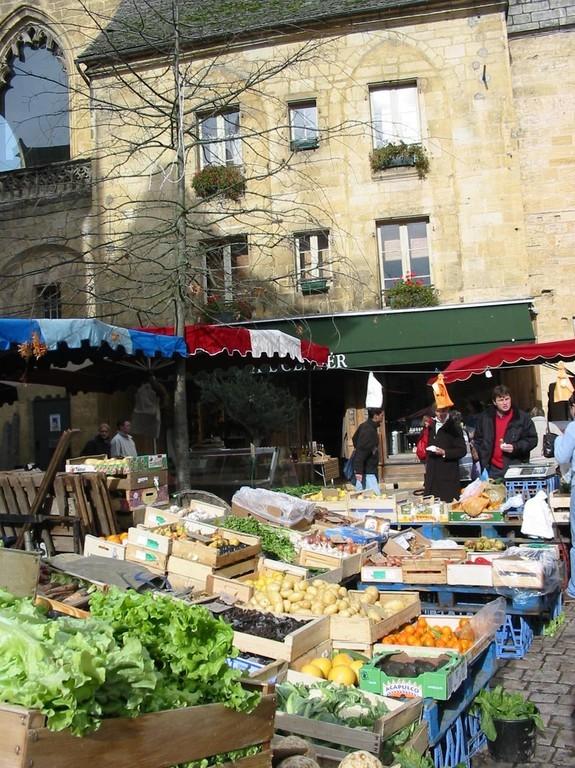 Le marché de Sarlat, au pied de l'ancienne cathédrale.