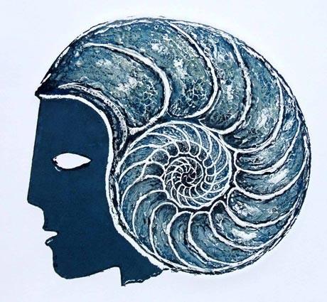 """Carborundumradierung """"Ammonitgescht"""".  Ein nach links blickendes griechisches Profil mit einem Ammonit als Helm, in blau und schwarz gedruckt"""