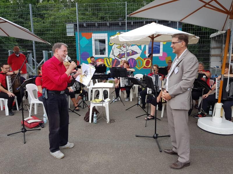 Auftritt beim Sommerfest des Albert-Schweizer-Kinderdorfs und Erhalt eines Geschenks zum Jubiläum