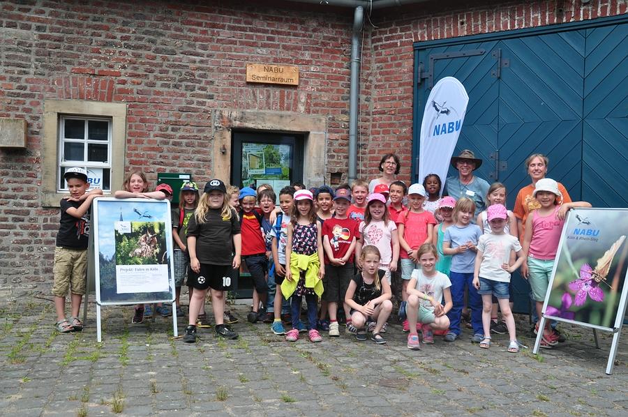 Die Erst- und Zweitklässler der OGS Irisweg belagern den NABU Raum in Leidenhausen.