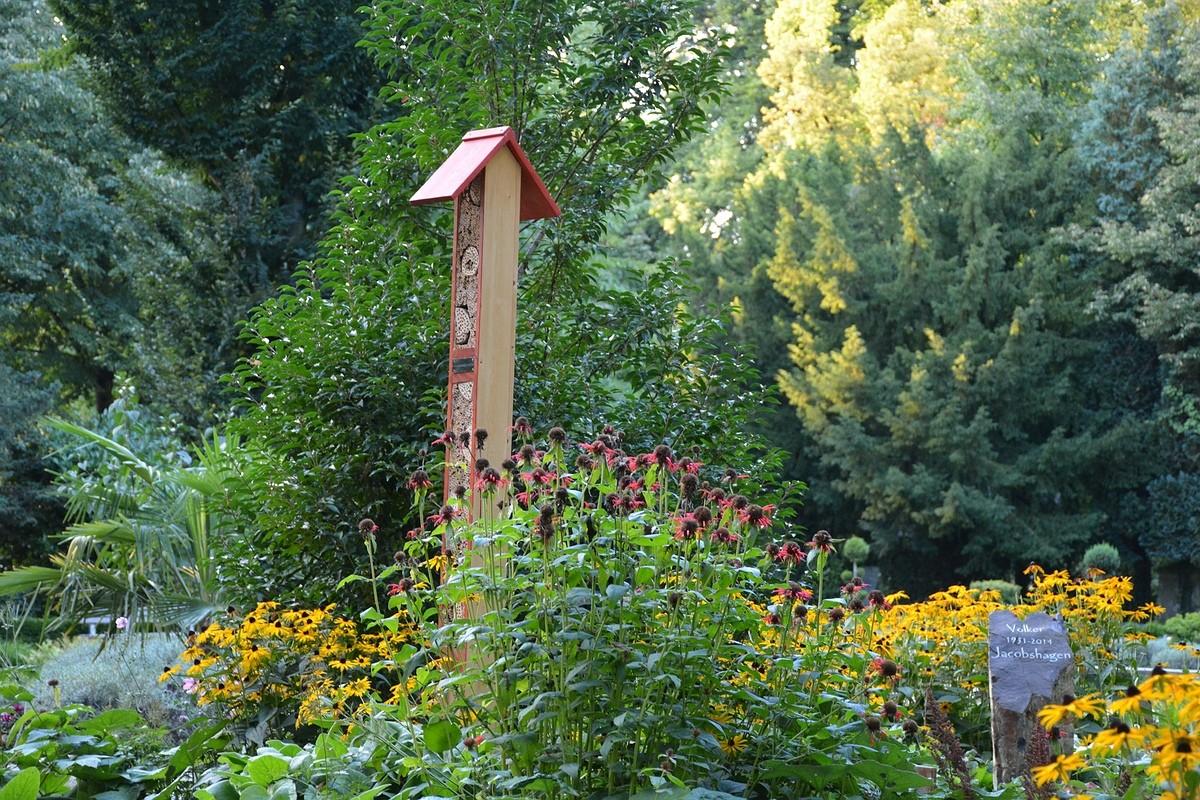 Insektenhotel im Bestattungsgarten auf Melaten