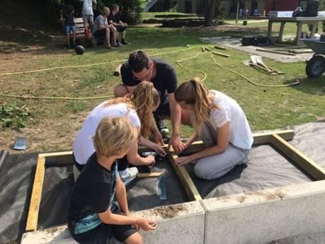 Bau des Barfußpfades gemeinsam mit den Kindern