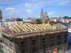 Foto der Errichtung des neuen Dachstuhles von schräg oben