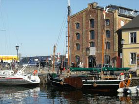 Foto der Schaugiebelseite des Hafenspeichers am Querkanal