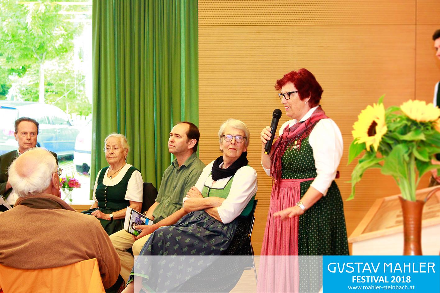 Kuratorin Roswitha Gebetsroither stellt die Ausstellung kurz vor