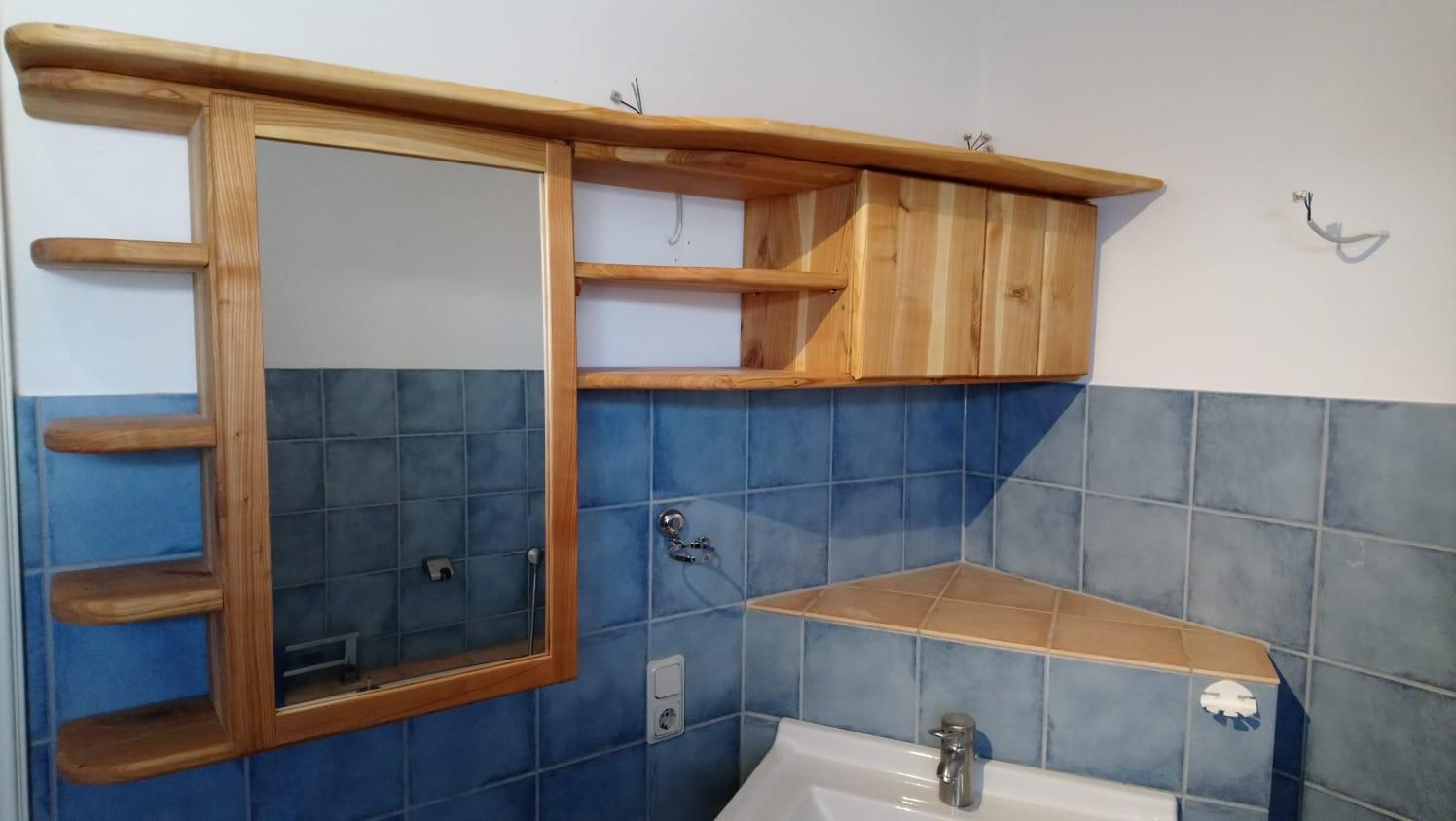 Badschränkchen aus Kirsche