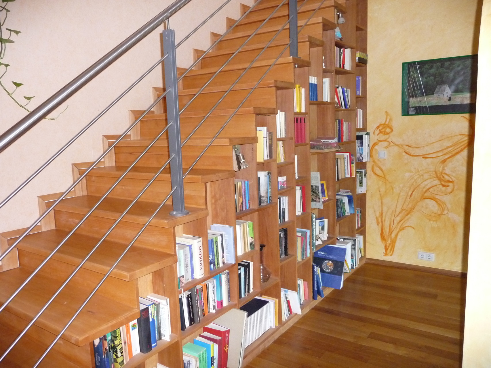 Regal unter Treppe, Buche
