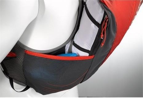 Bolsillos laterales de malla elástica abiertos.