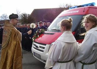 Auf dem Kirchplatz hat Pfarrer Martin Ziellenbach den neuen Mannschaftstransportwagen der Sießener Feuerwehr geweiht. (Foto: Clemens Schenk)