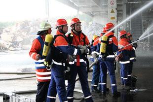 """""""Wasser Marsch aus vollen Rohren"""" – der Burgrieder Feuerwehrnachwuchs bei der Brandbekämpfung. (Foto: Kurt Kiechle)"""