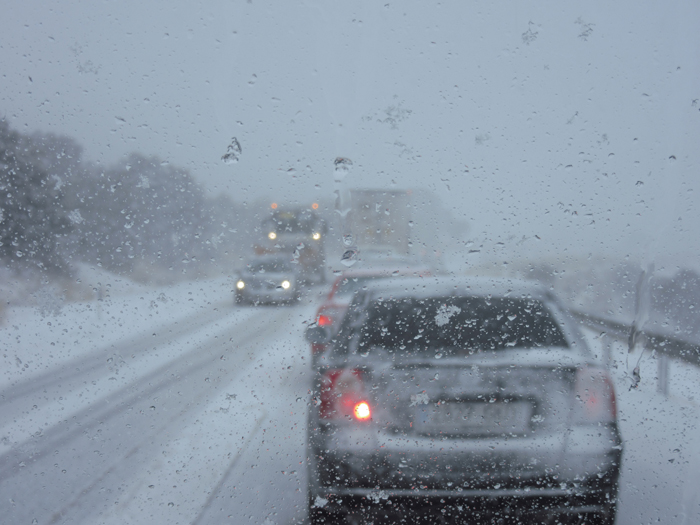 Schneetreiben einschneien Auto im Schnee