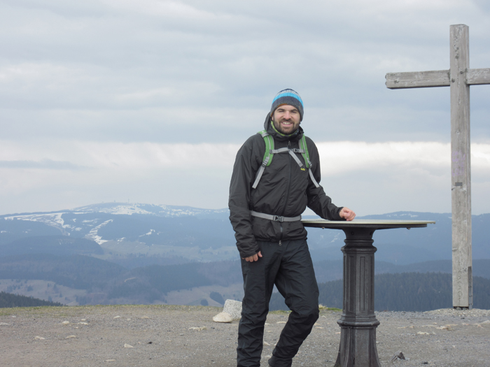 Angekommen auf dem 1414 Meter hohem Gipfel des Belchen. Im Hintergrund ist der Feldberg zu sehen (höchster Berg des Schwarzwaldes) auf den ich letztes Jahr gewandert bin