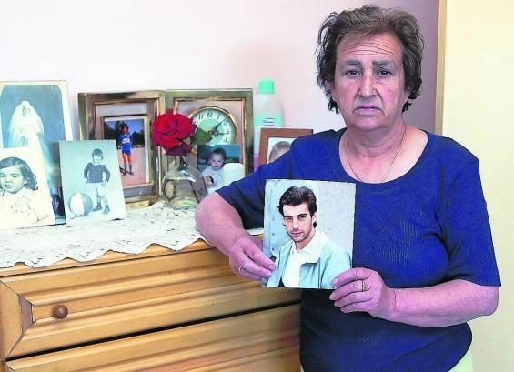 Marina Villar con una foto de su hijo Daniel, desaparecido hace ya 12 años en Vigo.