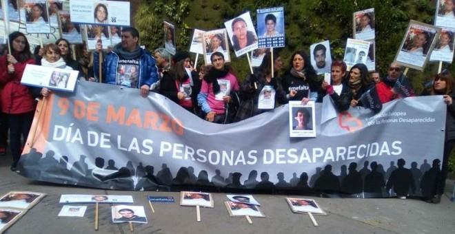 Concentración de familiares de personas desaparecidas esta mañana en el Paseo de Recoletos de Madrid. / A.S.R