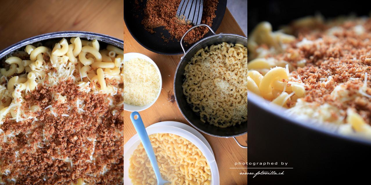 Wenn alles fertig ist alles schichtenweise wieder in die warme Pfanne zurückgeben (Teigwaren, Käse, Brösmeli - Teigwaren, Käse, Brösmeli...)