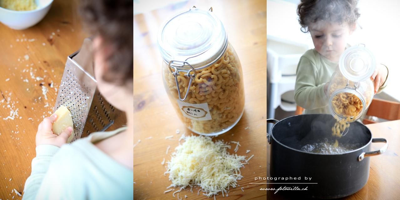 Unterdessen den Käse raffen und die Hörndli kochen (ja und wir haben die Teigwaren nicht nur aus Dekozwecken in diesen Gläsern)