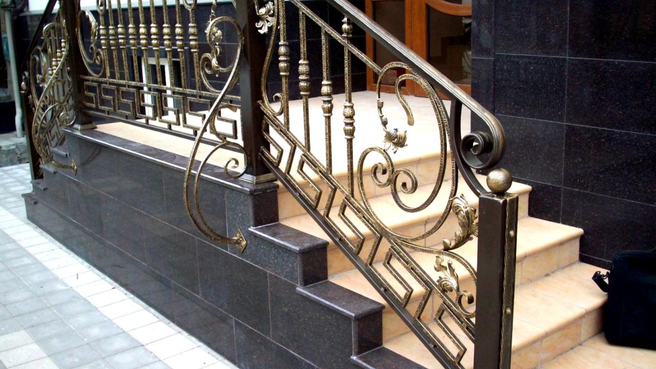 снимке красивые металлические перила на ступени фото пишется