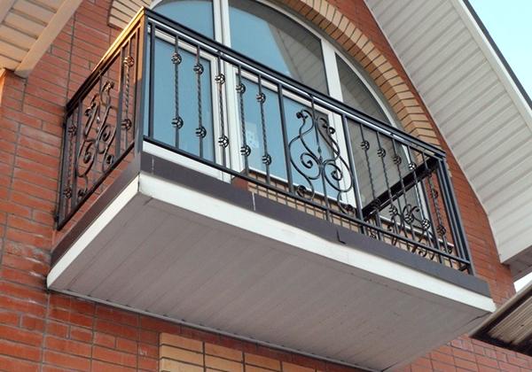 Балкон кованый с корзинками.