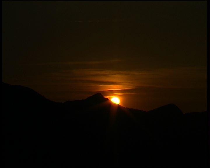 Soleil couchant dans les montagnes pyrénéennes