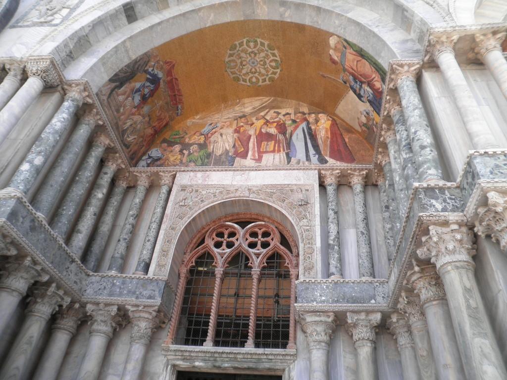 L'entrée de la basilique