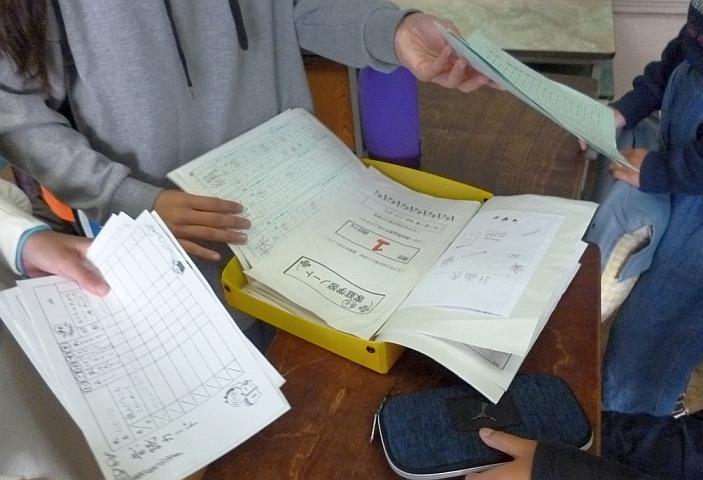 提出物を確認しながら集める2班の子どもたち。